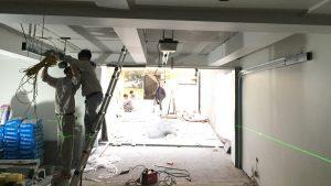 Quá trình thi công cửa trượt trần Tiziano